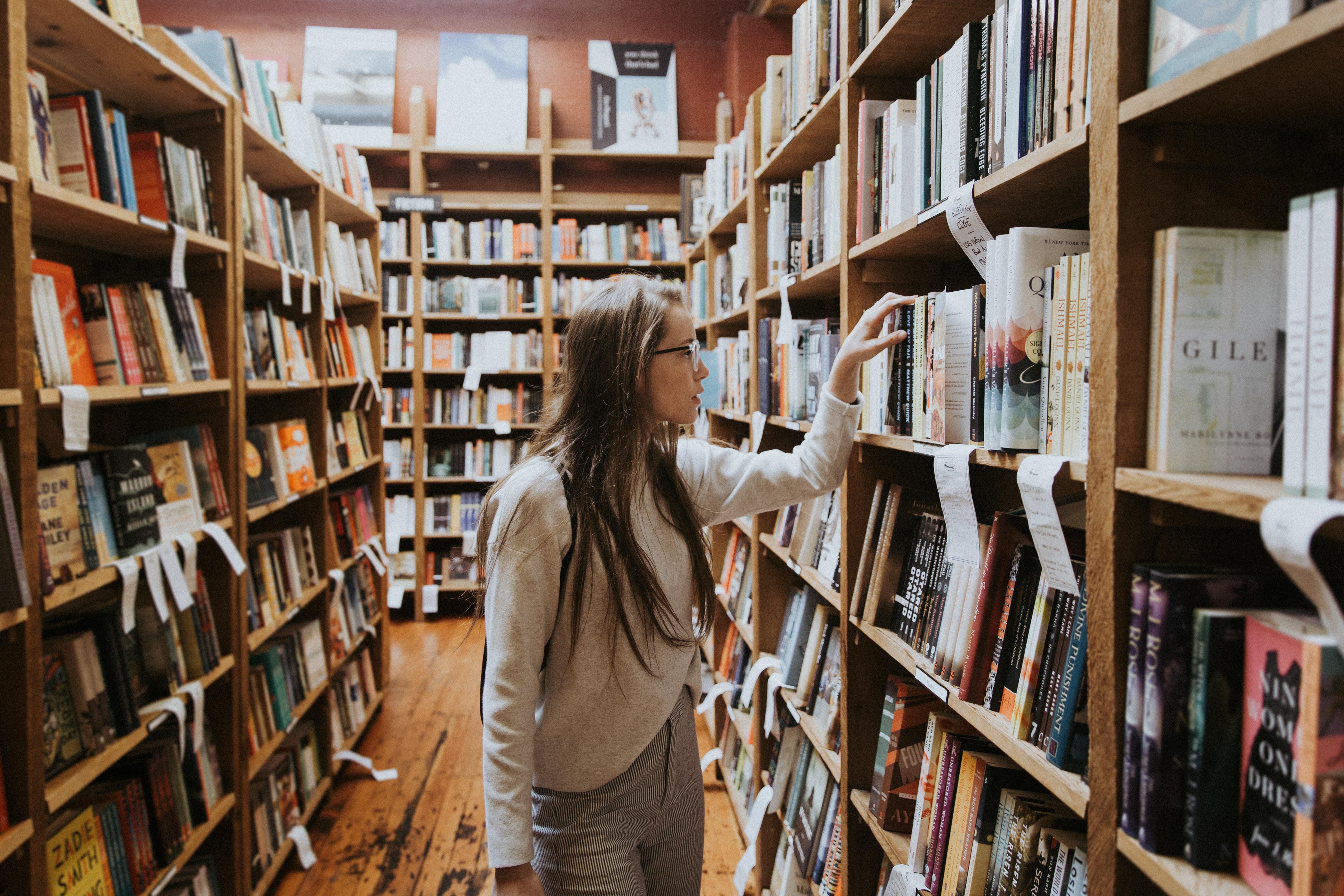 femme choisissant un livre dans une librairie