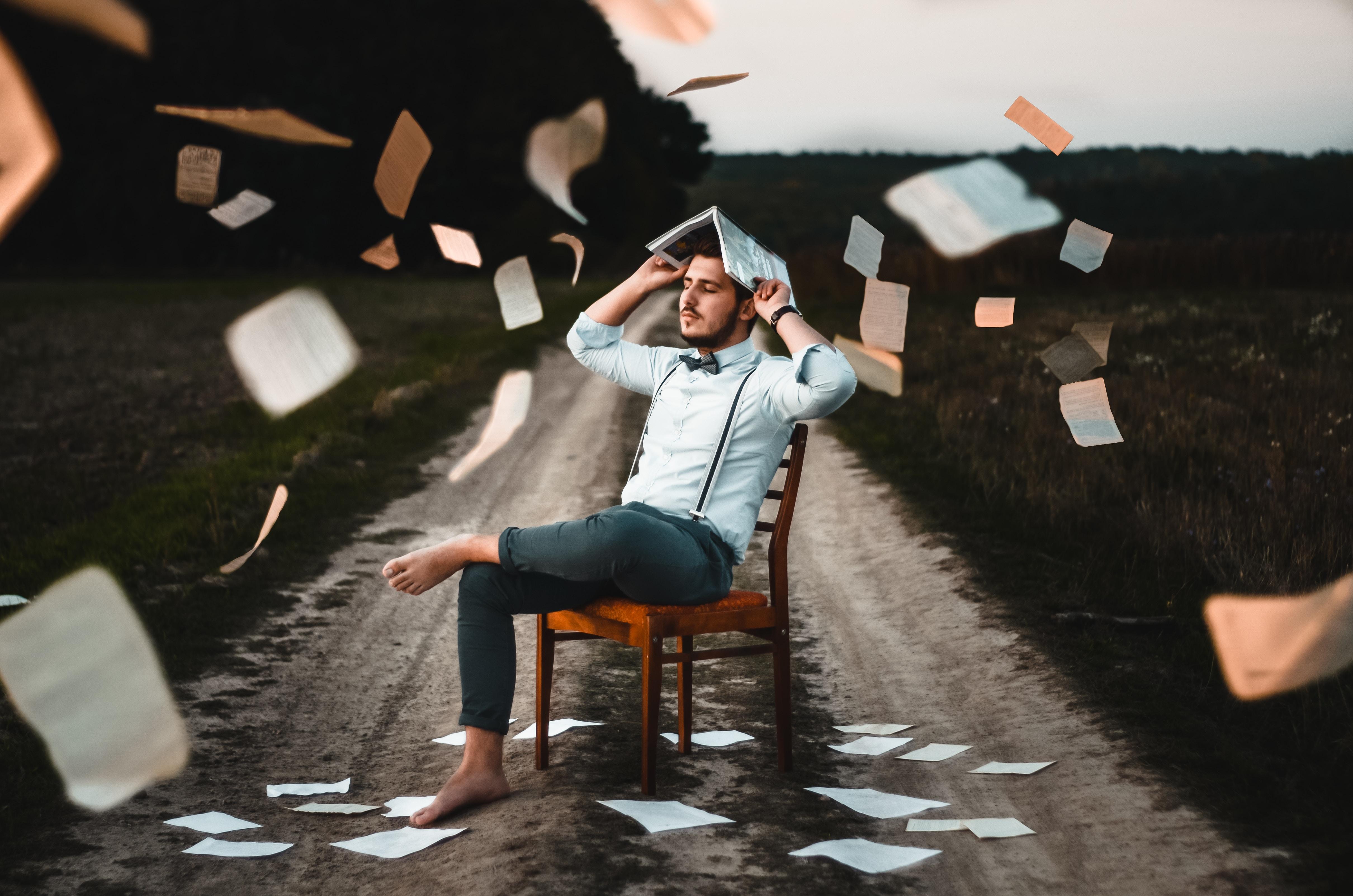 métaphore des papiers administratifs lors de l'auto-édition d'un roman