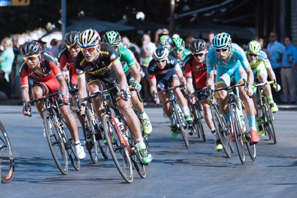 Coureurs cyclistes dans un virage