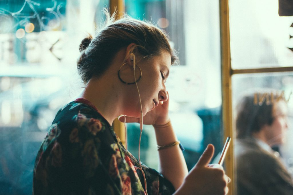 Femme avec des écouteurs